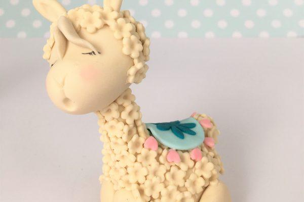 """Convite para uma Demonstração/Tutorial Online GRATUITA – Modelagem de um """"Lama"""" fofinho em pasta de açúcar com Carina Costa"""