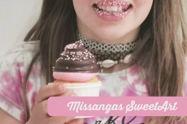 Cupcakes decorados com sucedâneo negro, creme de manteiga de morango e Missangas Sweetart